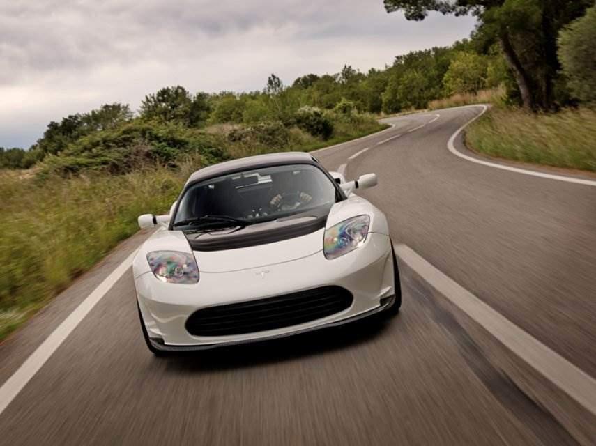 Tesla Roadster in Fahrt vorne weiss