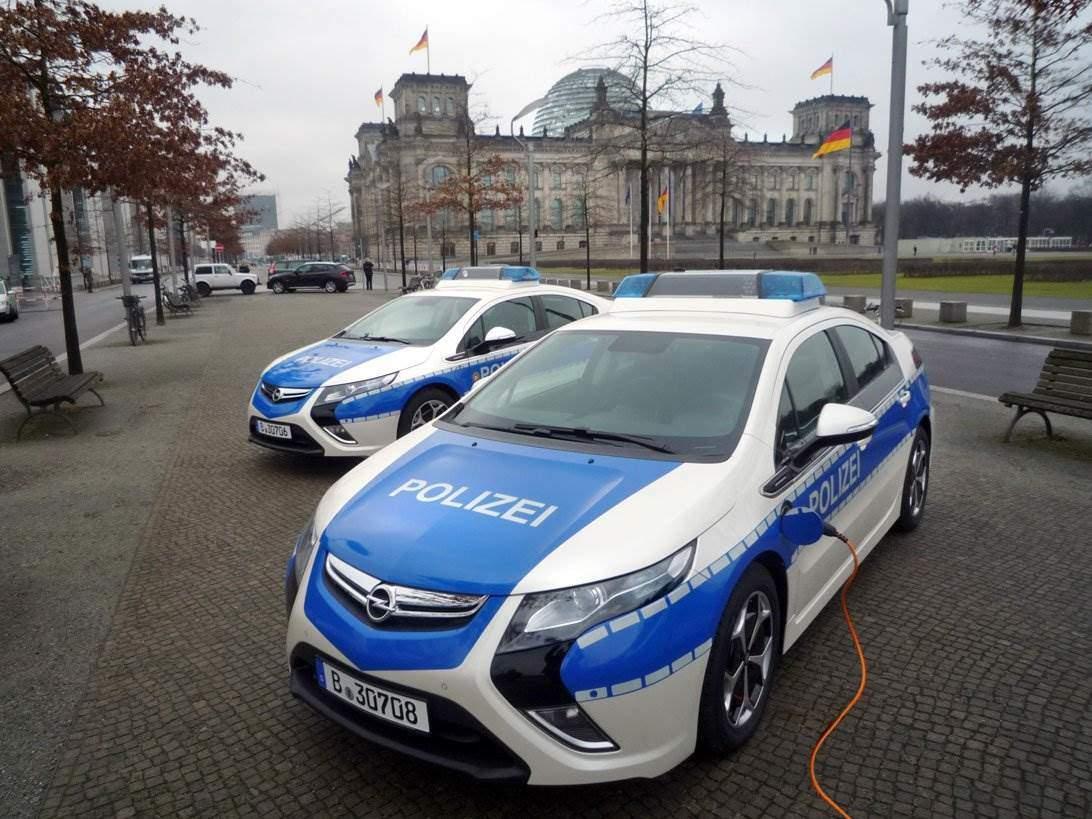 initiative 120 berliner polizei setzt auf umweltfreundliche autos elektroauto. Black Bedroom Furniture Sets. Home Design Ideas