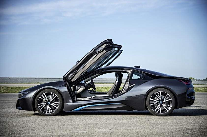 BMWi8-Seitenansicht-Fluegeltueren
