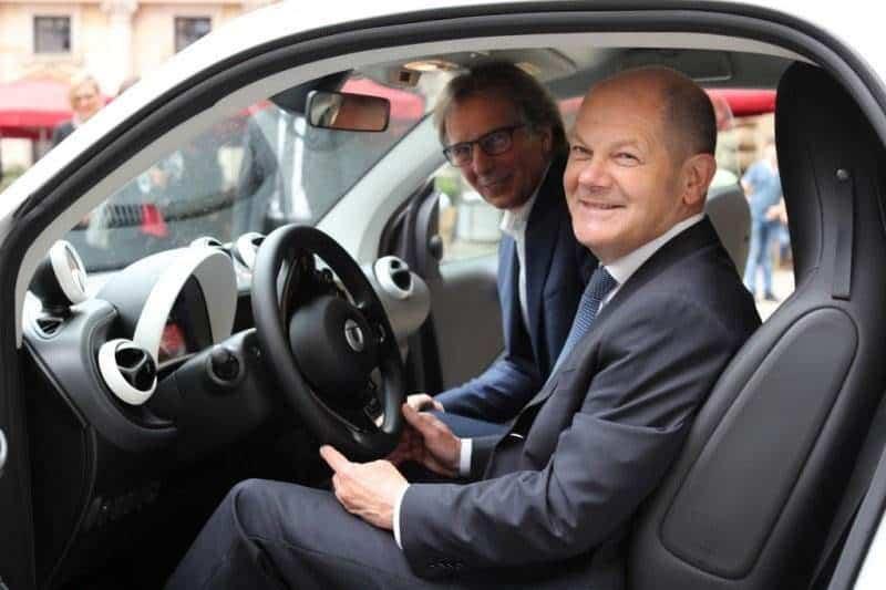 Klaus Entenmann und Olaf Scholz in einem Elektro-Smart von car2go   Daimler AG