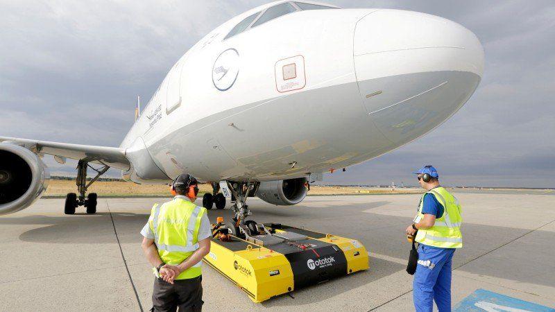 Fraport elektrisch betriebene Schleppfahrzeuge bei der Flugzeugabfertigung