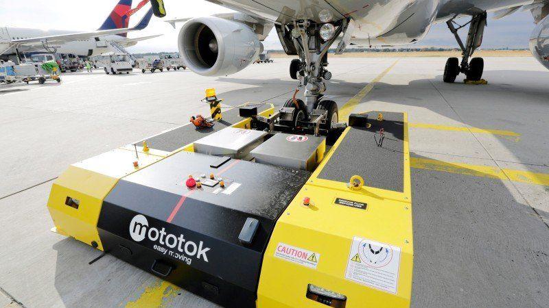 Fraport elektrisch betriebene Schleppfahrzeuge bei der Flugzeugabfertigung im Einsatz