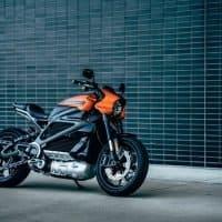 Harley-Davidson LiveWire vor einer blauen Wand