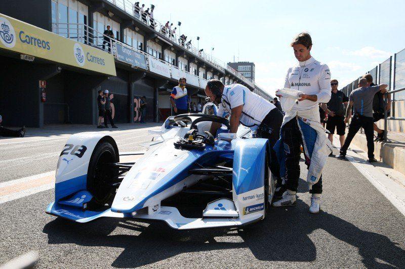 António Félix da Costa neben seinem Formel E-Rennwagen