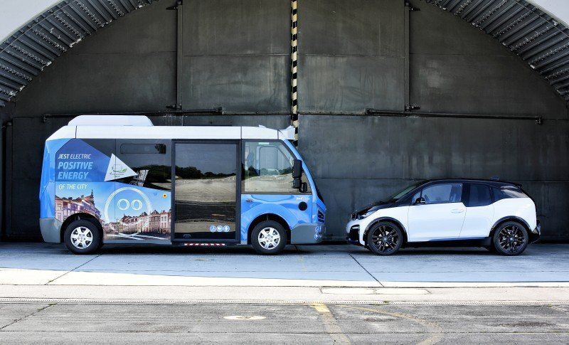 Seitenansicht des Karsan Jest Bus - BMW i3
