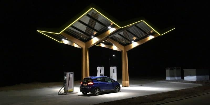 Fastned Ladestation in der Nacht