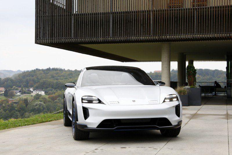 Porsche Taycan vor einem Haus