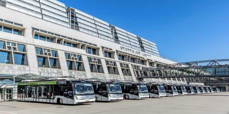 Flughafen Stuttgart mit E-Bussen vor Terminal