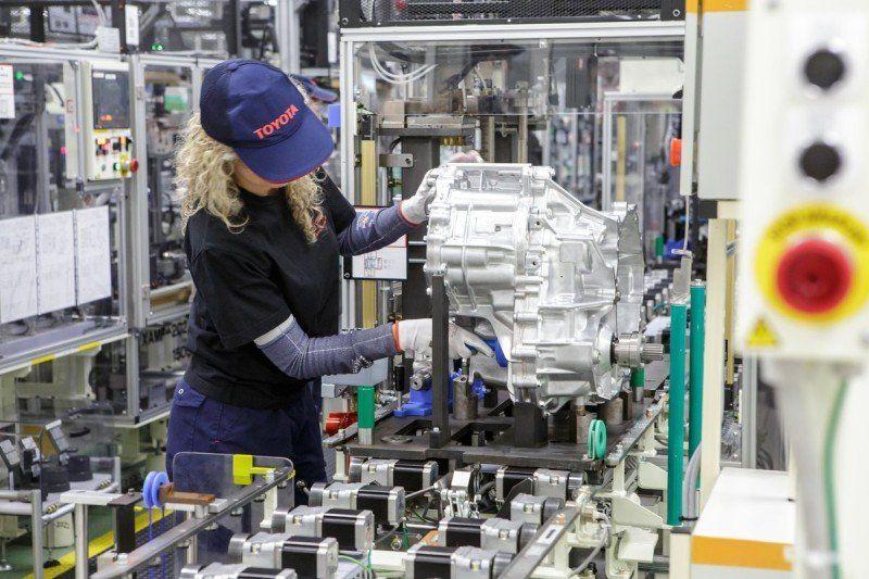 Frau bei der Produktion eines Getriebes