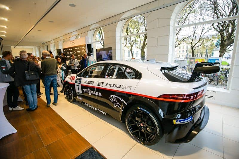 Seitliche Ansicht des Rennwagens von Viessmann Jaguar eTROPHY Team Germany
