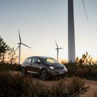 BMW i3 vor Windmühlen