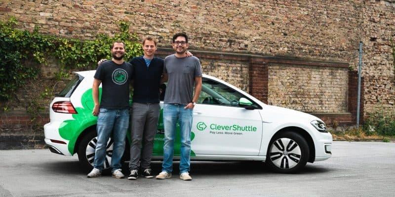 CleverShuttle Fahrzeug mit Fahrgästen davor
