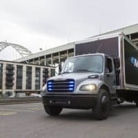 Penske Truck Leasing Corporation erhält ersten vollelektrischen Freightliner eM2