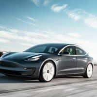 Tesla Model 3 bei voller Fahrt
