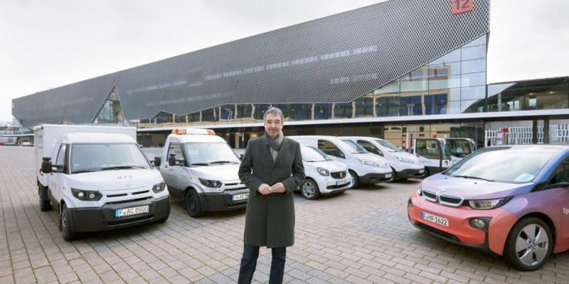 Uwe Behm, Geschäftsführer der Messe Frankfurt, und der messeinterne Fuhrpark an Elektrofahrzeugen. Darunter vertreten die Transportfahrzeuge des Typs StreetScooter und ein BMW i3.