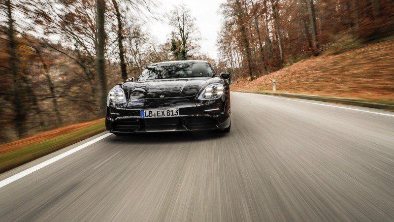 Porsche Taycan im Herbstwald