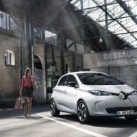 Frau nach Einkaufen vor Renault ZOE