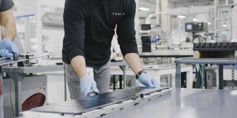 Tesla Mitarbeiter mit Batterie für E-Auto