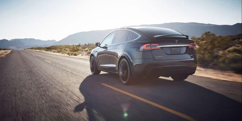 Tesla Model X in der Wüste unterwegs