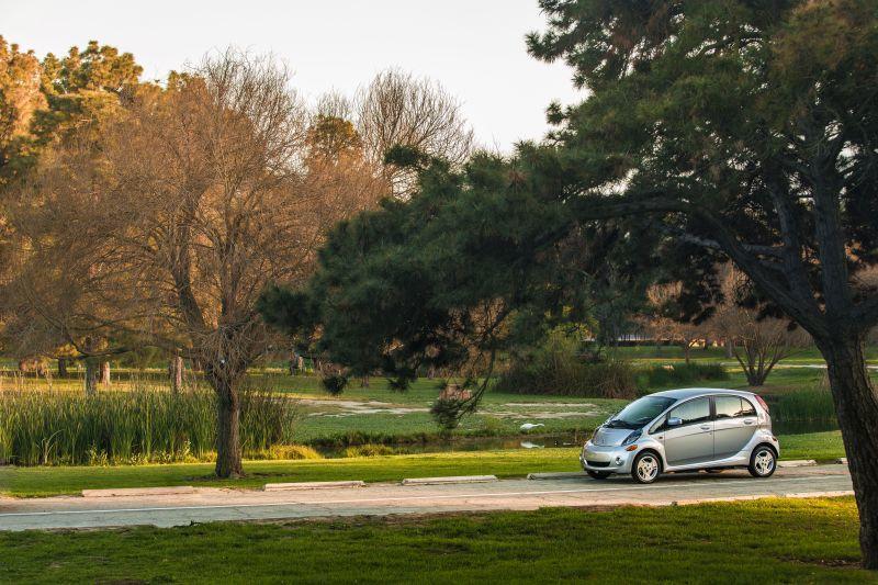 Mitsubishi i-MiEV im Grünen unterwegs