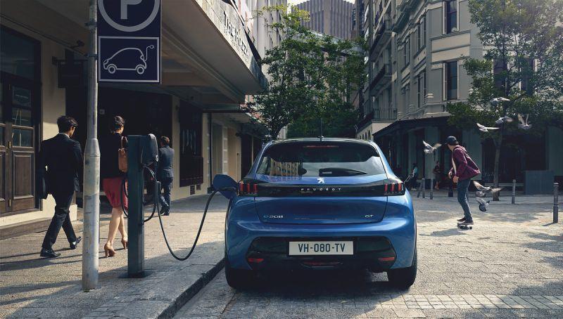 Peugeot e208 beim Laden