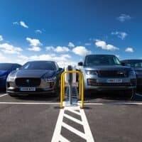 Jaguar Land Rover PHEV und I-PACE laden Seite an Seite