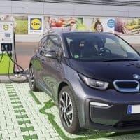 BMW i3 lädt an Lidl Ladestation