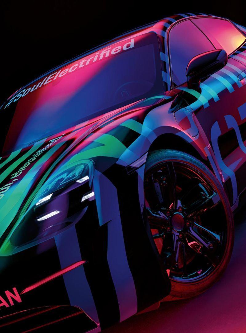 Seitliche Frontansicht des Porsche Taycan