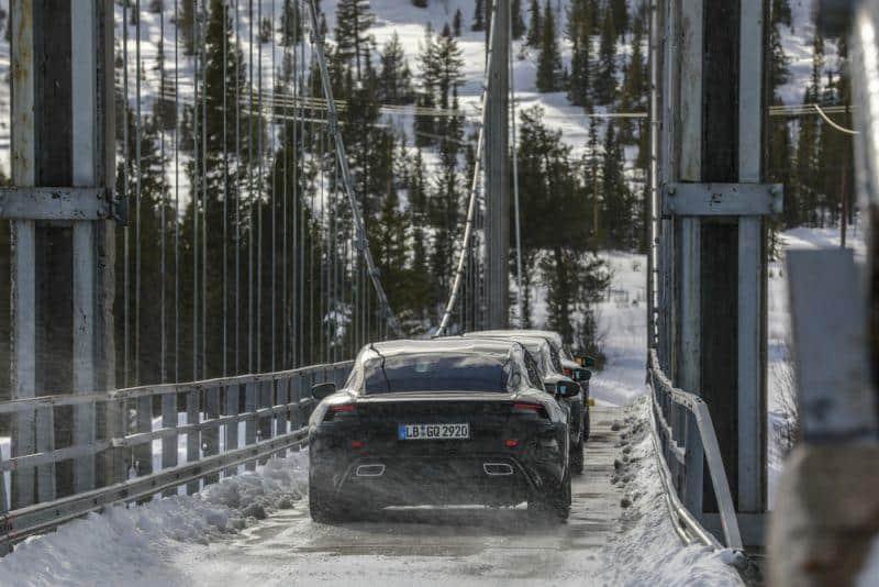 Porsche Taycan in Eis und Schnee