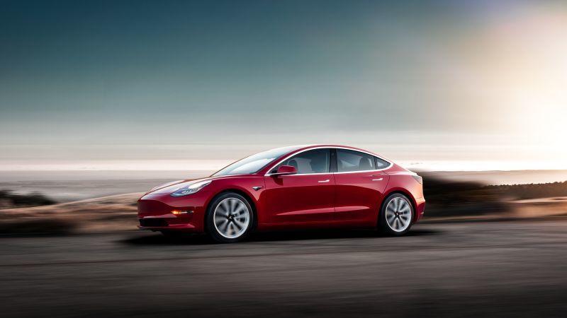 Tesla Model 3 in rot - Seitenansicht