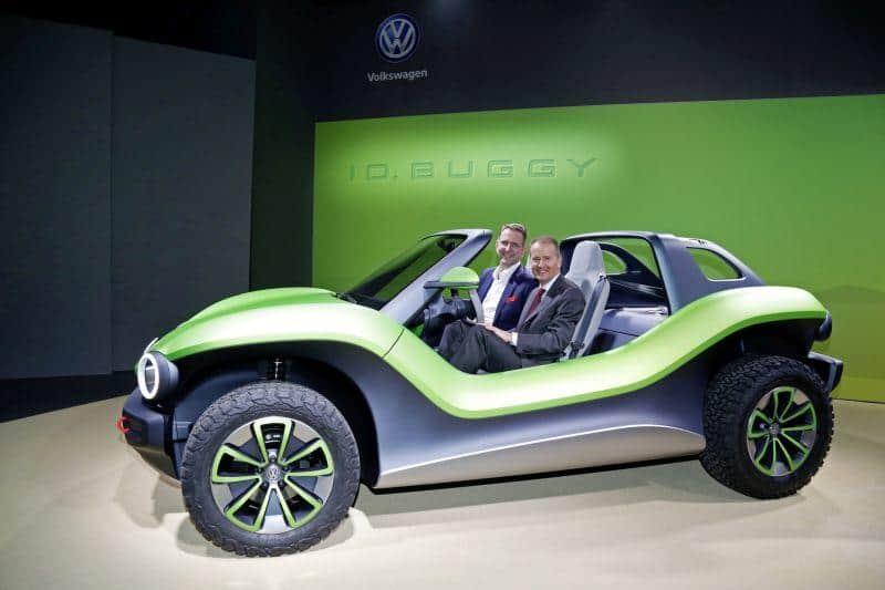 Prof. Dr. Günther Schuh, CEO der e.GO Mobile AG, und Dr. Herbert Diess, Vorstandsvorsitzender der Volkswagen AG, im Volkswagen ID. BUGGY