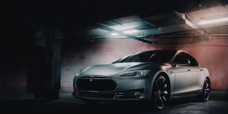 Tesla wirft Kurswechsel über Bord - lässt Läden offen