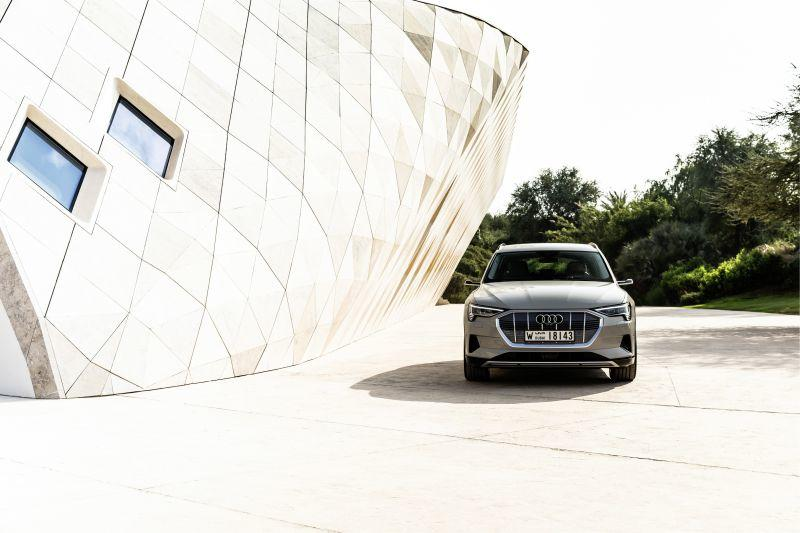 Audi e-tron Frontansicht in Masdar City