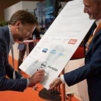 Sytse Zuidema, CEO von NewMotion, unterzeichnet die Absichtserklärung