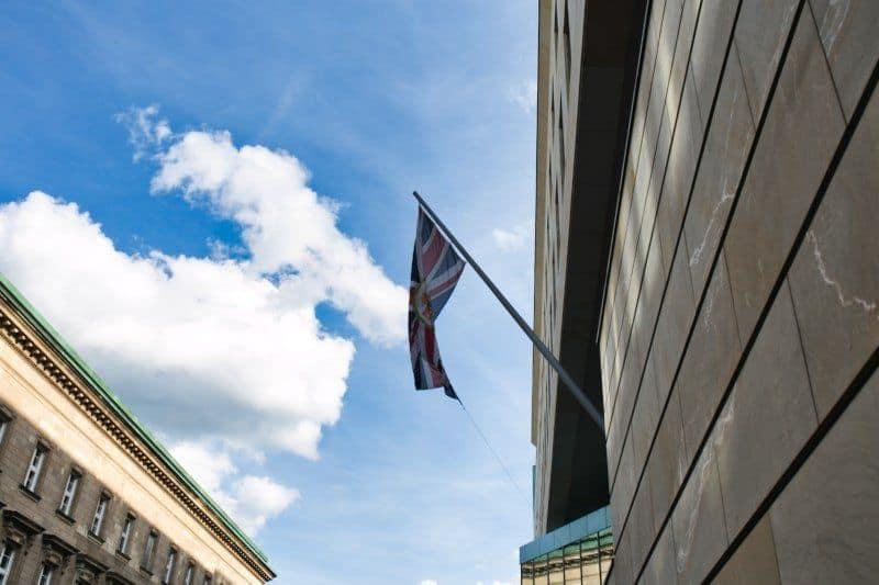 Wehende Fahne an der Britischen Botschaft