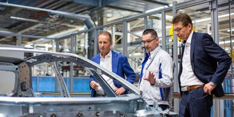 Qualitätscheck an der neuen ID.3 Karosserie im Fahrzeugwerk Zwickau