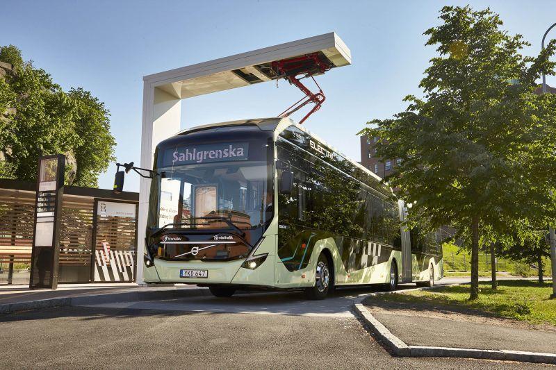 Vollelektrischer Gelenk-Konzeptbus Volvo 7900 EA in Göteborg an der Ladestation