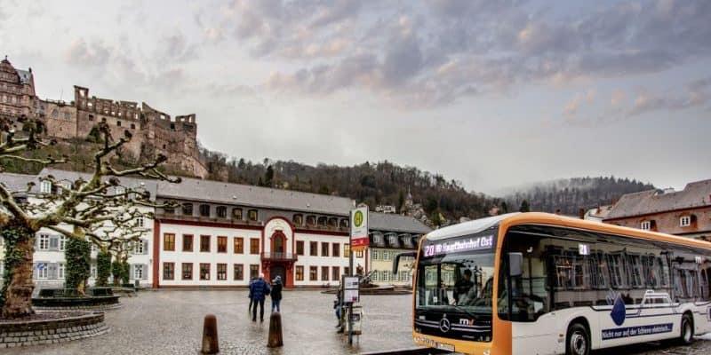 Der vollelektrische Mercedes-Benz eCitaro im Linienbetrieb in der Heidelberger Altstadt.