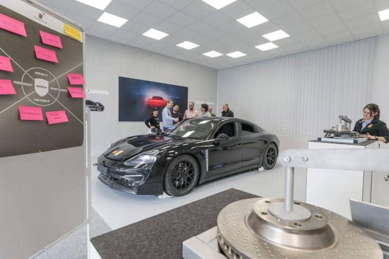Porsche führt Einstellungs- und Qualifizierungsoffensive für E-Mobilität fort