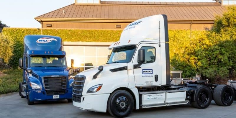 Daimler übergibt erste elektrische Freightliner eCascadia an US-KundenDaimler delivers its first electric Freightliner eCascadia to US customers