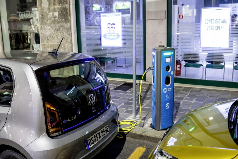 VW e-up! beim Laden