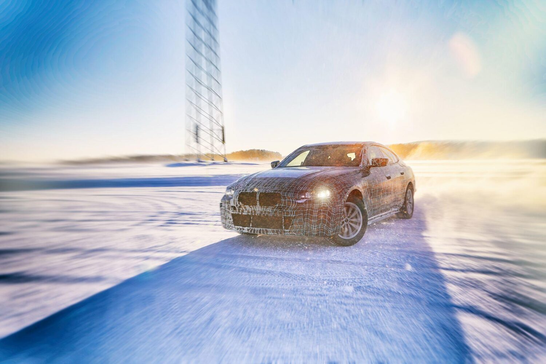 BMW zeigt den BMW i4 seitliche Ansicht