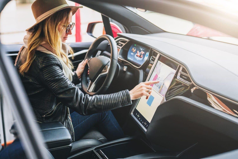 Tesla zeigt Mensch und Maschine Hand in Hand