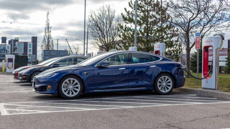 Tesla Fahrer ärgern sich über volle Supercharger-Stationen