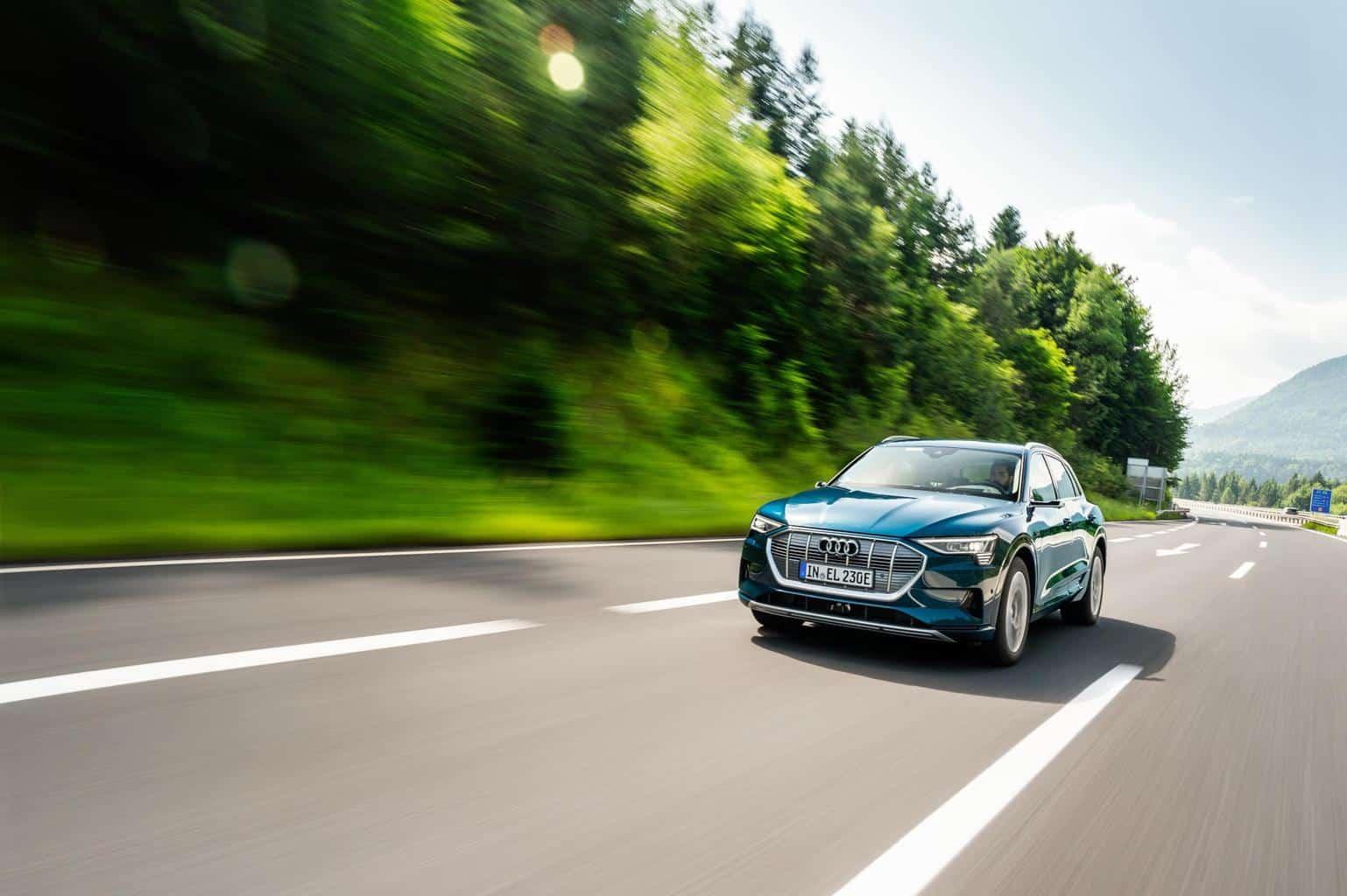 Zuhause kann der SUV an einer Wallbox mit 11 kW Leistung innerhalb von etwa 9 Stunden auf 100% geladen werden. Zusätzlich unterstützt er jedoch auch das Laden mit einer extra hohen Leistung von 150kW. Lässt sich eine Ladesäule mit dieser Kapazität finden - wie die von Audi selbst unterstützten IONITY-Stromtanken - braucht die reguläre 0%-80%-Ladung nur 30 Minuten - der Hersteller empfiehlt, einen Einkauf einzulegen.