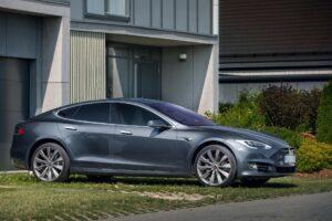 Tesla unterzeichnet neuen Dreijahresvertrag mit Batteriehersteller Panasonic