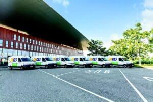 """Nach DüsseldorfundMannheim ging GLS im Mai 2020 einen weiteren Schritt in puncto nachhaltiger Belieferung. Für Hamburg hat der Paketdienstleister achtfabrikneue e-Sprinter von Mercedes-Benz übernommen. Und zum Einsatz gebracht. Nachdem GLS nun im Norden zuletzt unterwegs war, zieht es den Transportdienstleister wieder in den Süden. Um genau zu sein in die Karlsruher Innenstadt. Denn dort erweitert man den eigenenFuhrpark um sechs umweltfreundliche VW e-Crafter und ermöglicht somit die emissionsfreie Zustellung im gesamten Innenstadtbereich. Mit den e-Crafter von VW löst GLS die bisherigen Dieselfahrzeuge ab, welche bisher die Zustelltouren übernommen haben.Dadurch fallen ungefähr 30 Tonnen weniger CO2 im Jahr an. Im nahegelegenen GLS-Depot ist die Ladeinfrastruktur für die e-Crafter eigens neu installiert. Die e-Crafter verfügen über eine Reichweite von rund 100 Kilometern und eine Frachtraum-Kapazität von etwa 160 Paketen. Anja Herter, Region Manager Germany Süd-West, gibt zu verstehen: """"Wir freuen uns mit der geräuscharmen und emissionsfreien Zustellung unseren Beitrag zum Ziel der Grünen Stadt in Karlsruhe zu leisten. Wir planen den Einsatz von weiteren eFahrzeugen, um zusätzliche Touren in Karlsruhe entsprechend umzustellen."""" Im Rahmen von GLS KlimaProtect hat GLS Germany sich klare Ziele für den Umweltschutz gesteckt: Ressourcen schonen und Emissionen vermeiden oder ausgleichen. Dazu gehört auch der CO2-neutrale Paketversand. Der bundesweite Einsatz, unter anderem in Berlin, Hamburg, Düsseldorf, Leipzig, Nürnberg, von immer mehr alternativ betriebenen Fahrzeugen in der Paketzustellung und -abholung trägt dazu bei. Die Anschaffung der VW e-Crafter erfolgt im Rahmen des Modell-Projekts ZUKUNFT.DE. Quelle: GLS - Pressemitteilung per Mail"""