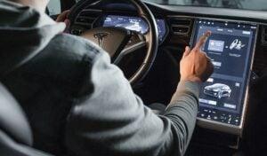 Tesla: Der böse Blick aufs Display und seine Folgen...