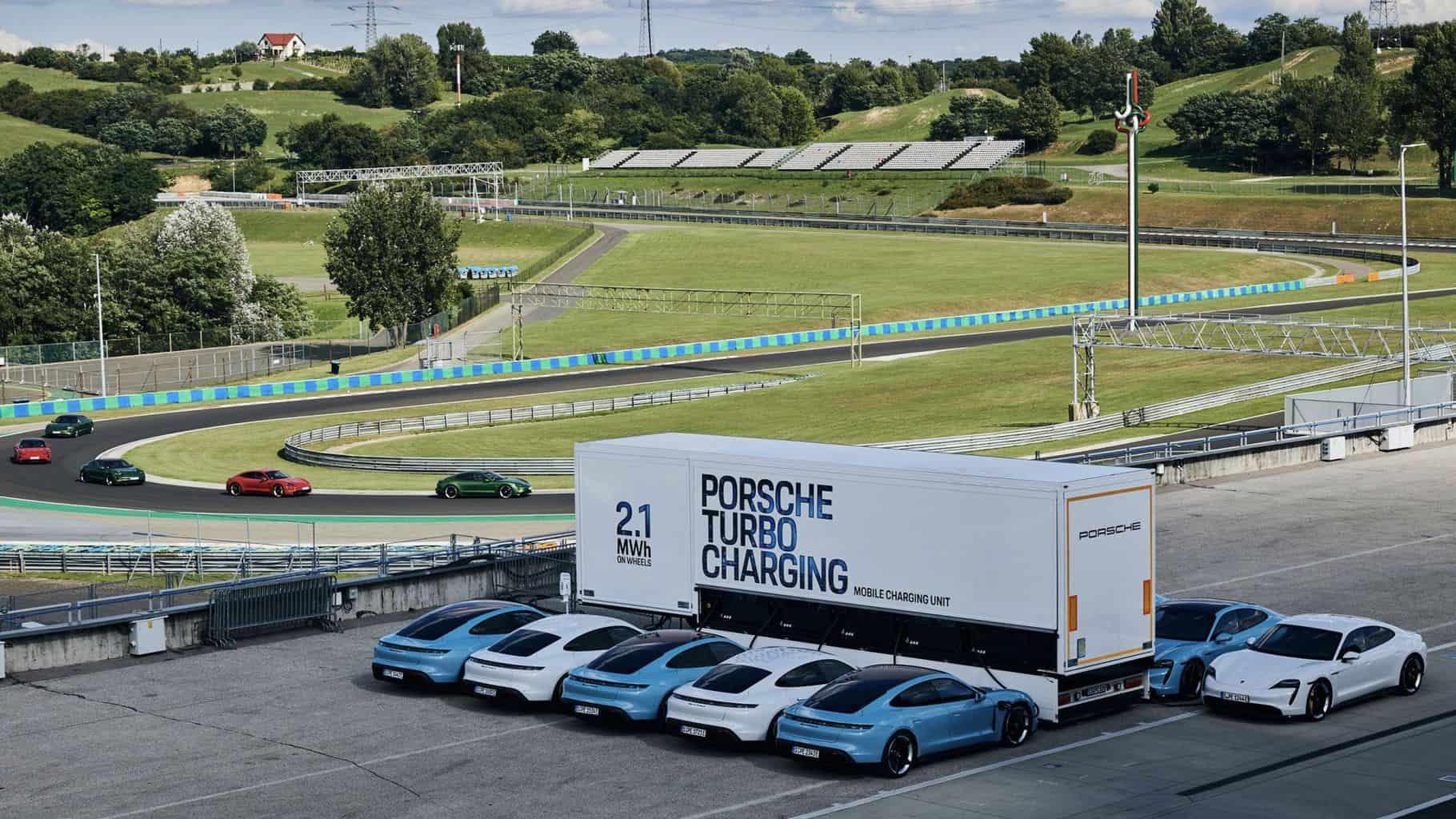 Porsche Akku-Truck wartet mit 2,1 Megawattstunden-Batterie auf; ausreichend für 30 Porsche Taycan