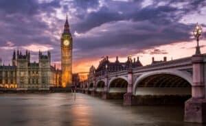 Großbritannien plant, Verbrenner-Verbot auf 2030 vorzuziehen